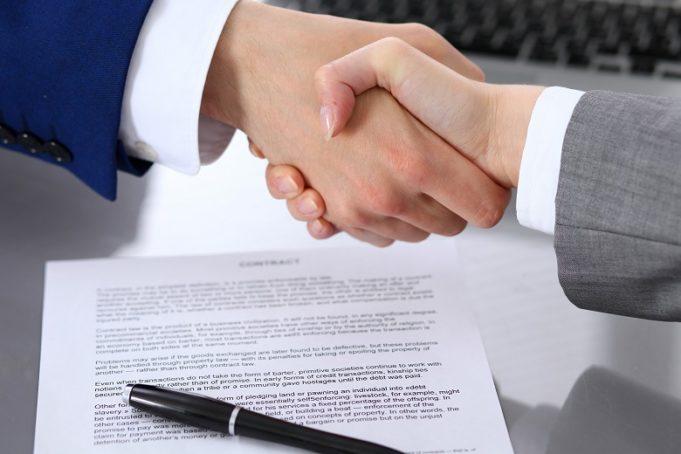 estrecho-de-manos-al-hacer-un-contrato-de-compraventa